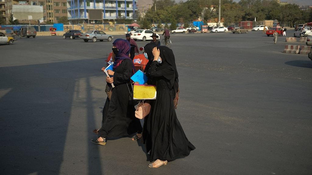 Kvinnor i heltäckande slöja går på en gata i Afghanistans huvudstad Kabul.