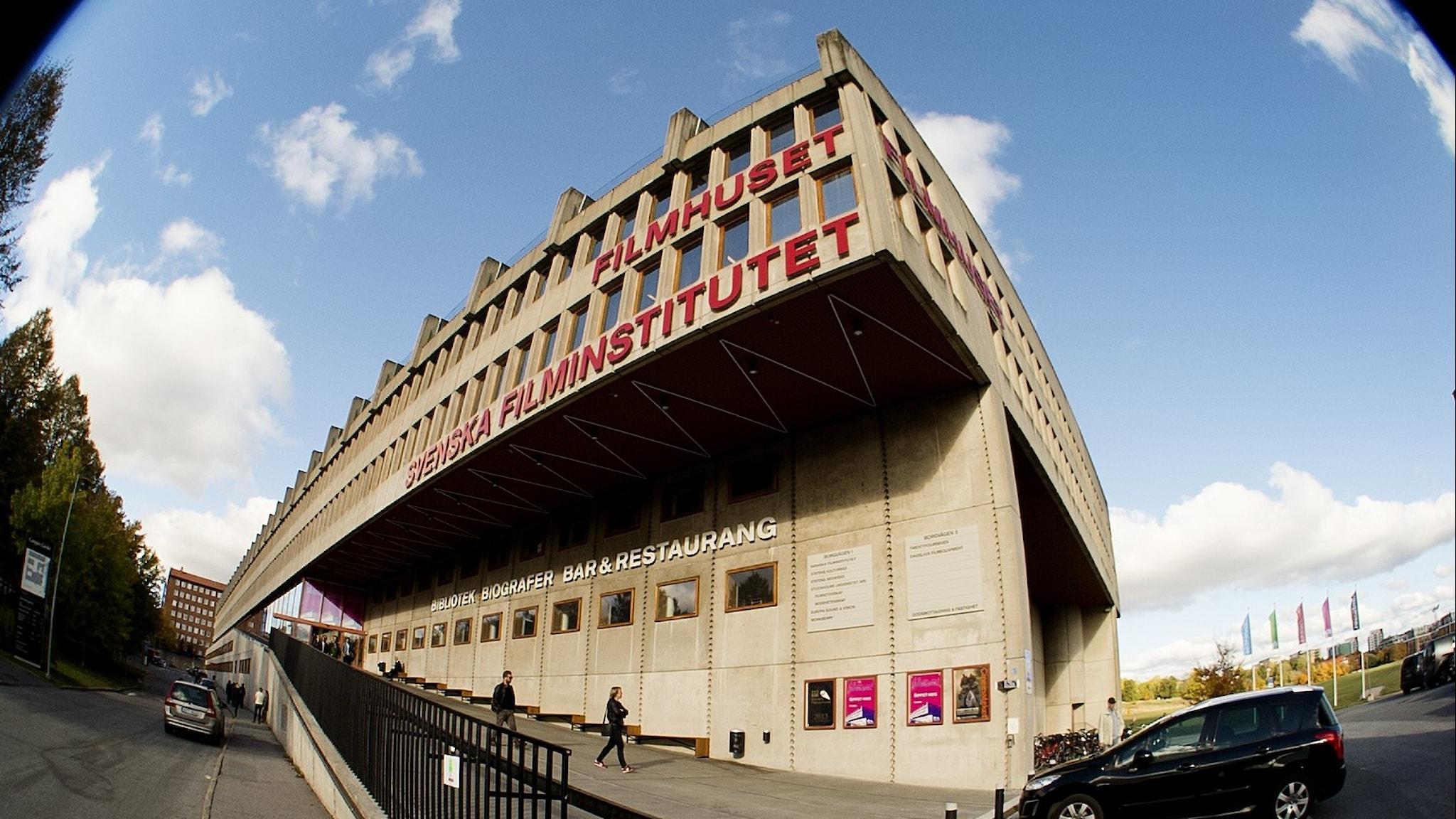 Svenska filminstitutets fasad fotad med kraftigt fish eye-objektiv.