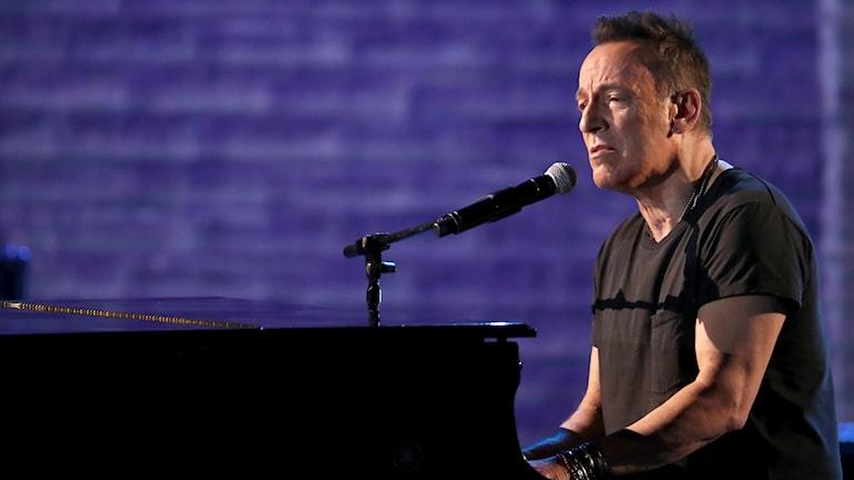 Bruce Springsteen spelar piano.