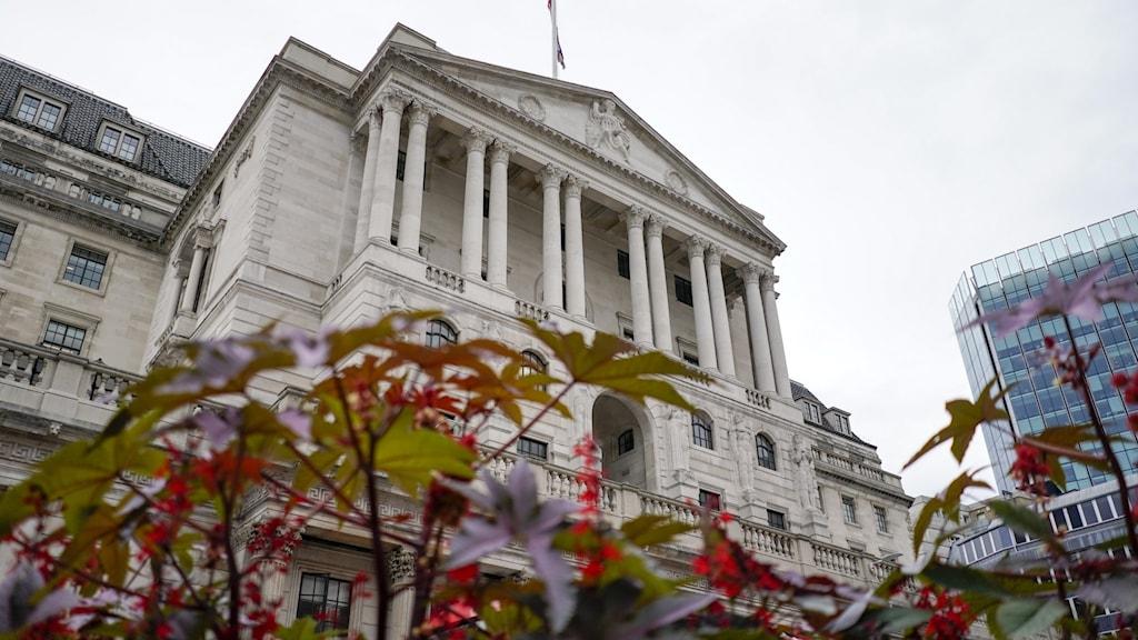 Den vita, pampiga fasaden till brittiska centralbanken.