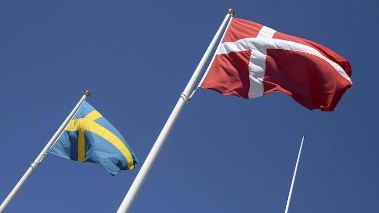 Svenska och danska flaggan.