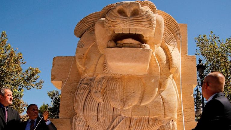 En lejonstaty som IS förstörde har renoverats.