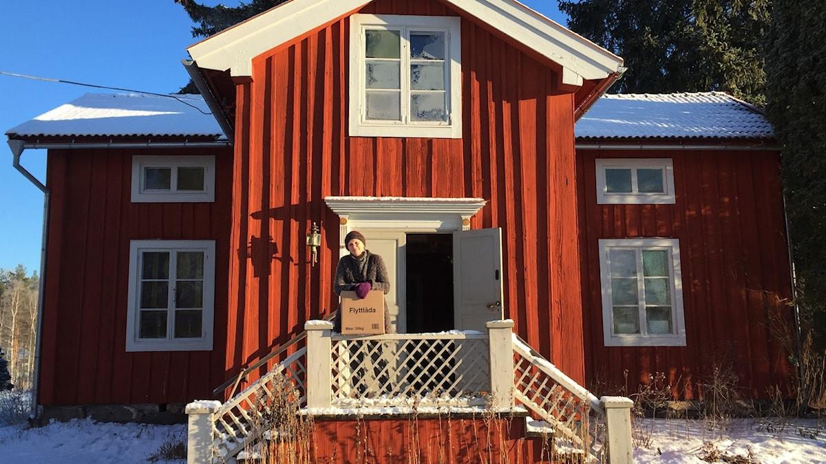 Elisabeth Stjernberg utanför Sundborns nya bibliotek. Foto: Pelle Gustafson (Privat)