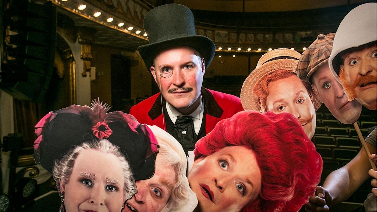 Henrik Dorsin gör hela åtta roller i musikalkomedin Gentlemannen. Foto: Vicky Nöjesproduktion.