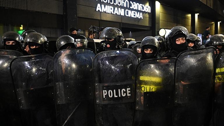 """Ett stort polisuppbåd utanför biografen Amirani i Tbilisi ska se till att filmen """"And then we danced"""" kan visas trots protester från extremnationalister."""