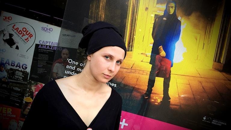 Maria Aljochina från Pussy Riot framför teateraffischen med Pjotr Pavlenskij.
