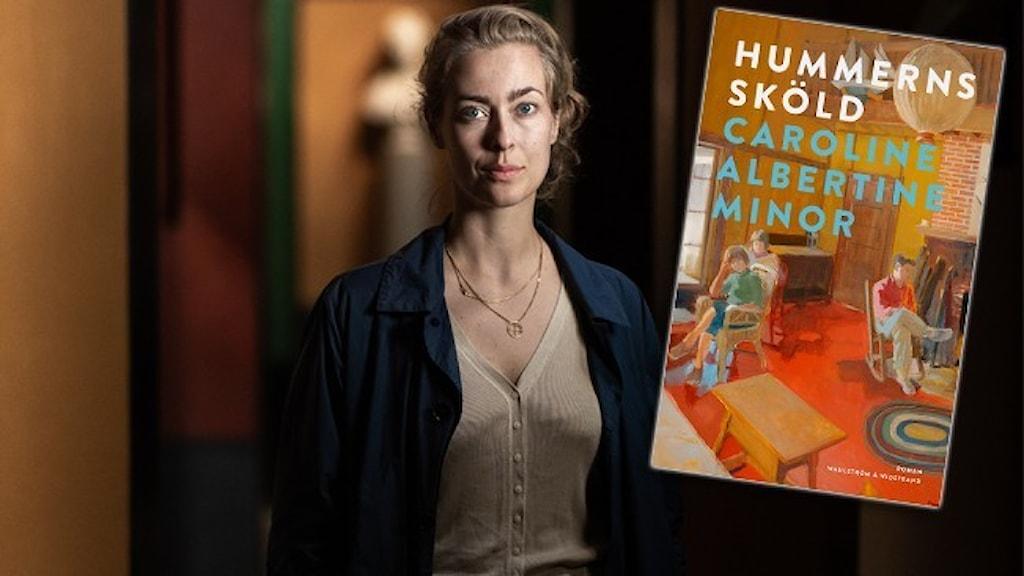 """Porträtt av författaren Caroline Albertine Minor, klädd i beige tröja och mörk kofta. Infällt är omslaget till hennes roman """"Hummerns sköld""""."""