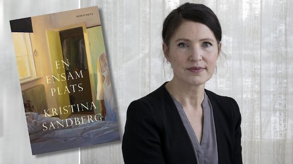"""Porträtt av författaren Kristina Sandberg, klädd i mörk kostym och grå blus, stående framför en skir gardin. Infällt i bilden är omslaget till hennes bok """"En ensam plats""""."""