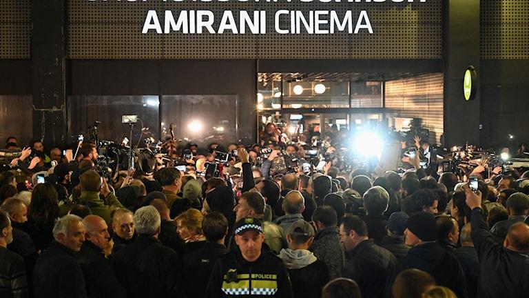 """I samband med fredagskvällens visningar i Tbilisi av Levan Akins """"And then we danced"""" samlades tusen extremnationalister utanför framför allt en av biograferna i den georgiska huvudstaden."""