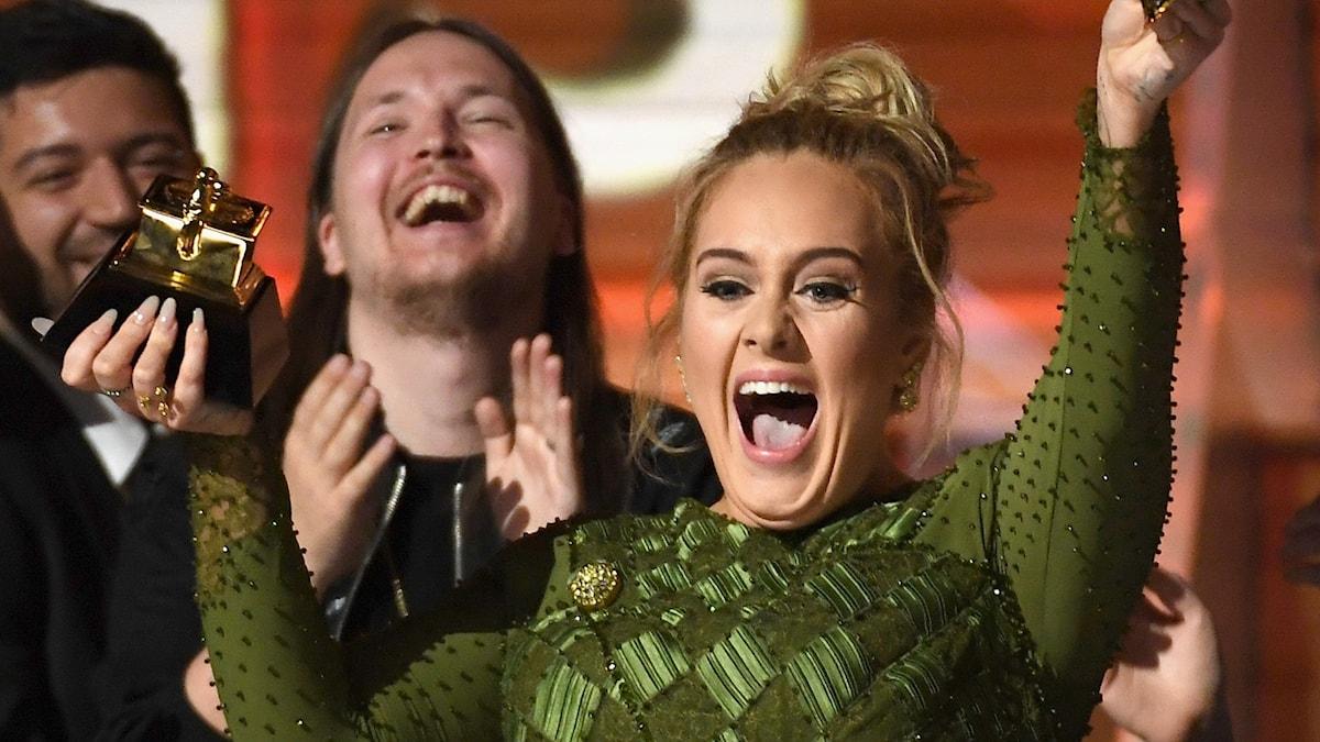 Adele får en grammis för bästa album.