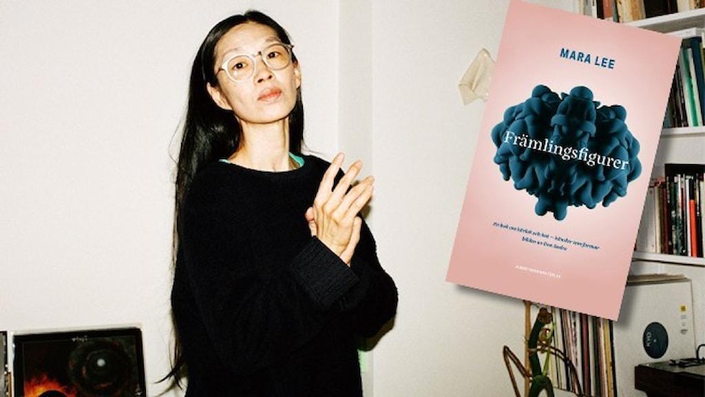 """Porträtt av författaren Mara Lee, klädd i svart, och infällt i bilden omslaget till hennes bok """"Främlingsfigurer""""."""