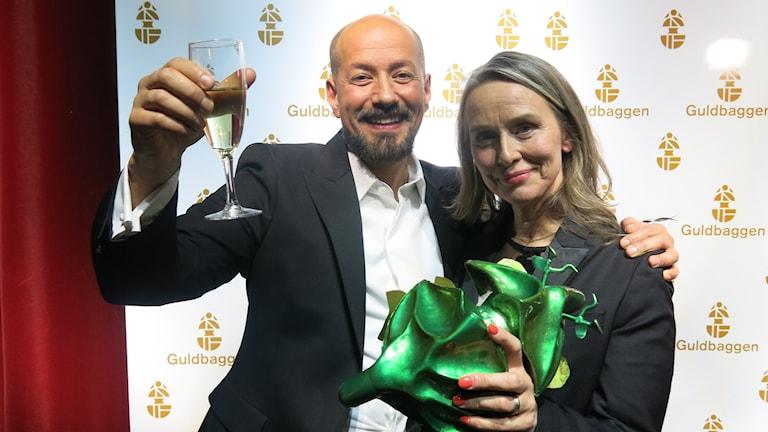 Tarik Saleh och producent Kristina Åberg firar att The Nile Hilton Incident blev Guldbaggegalans stora vinnare. Foto: Björn Jansson/SR.