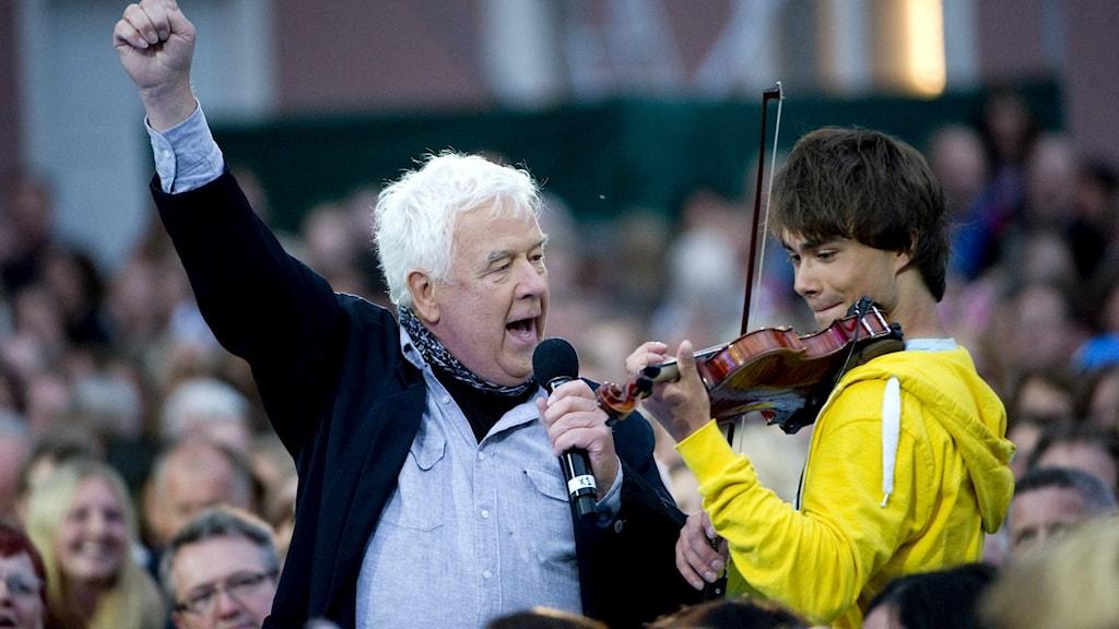 Sångaren Mats Paulsson uppträder tillsammans med Alexander Rybak på Liseberg i Göteborg.