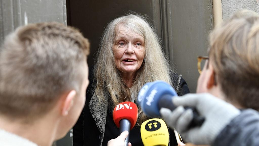 Kristina Lugn omringas av reportrar inför ett torsdagsmöte med Svenska akademien 2018.