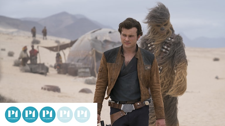 Den unge Han Solo, spelad av Alden Ehrenreich, tillsammans med en rätt så gammal Chewbacca, med Joonas Suotamo inuti dräkten.