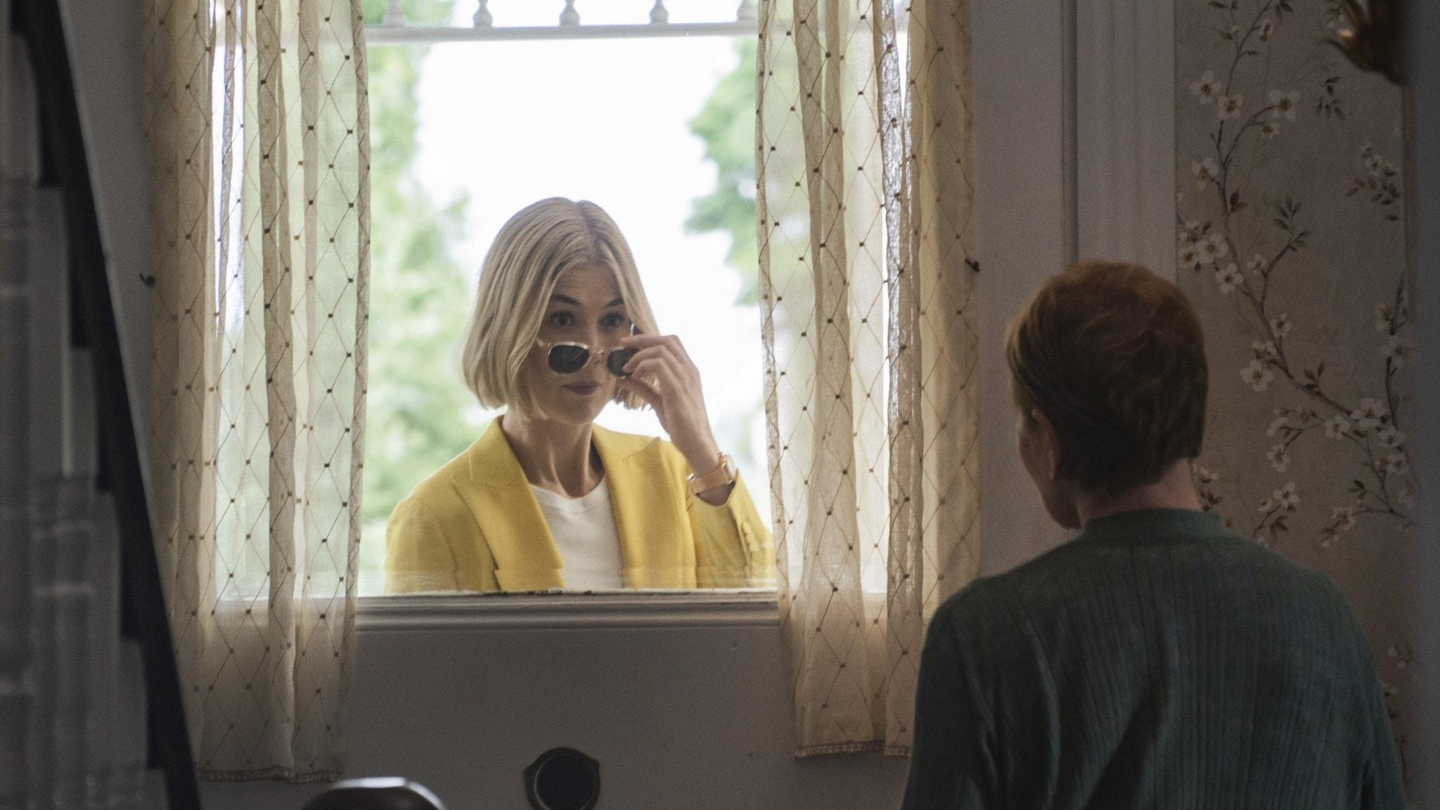 """Rosamund Pike som gode mannen Marla Grayson i filmen """"I care a lot""""."""