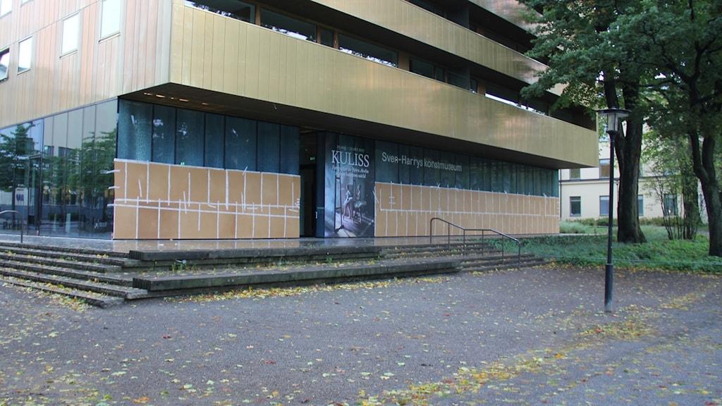 Krossade glasrutor på Sven-Harrys konstmuseum i Stockholm.