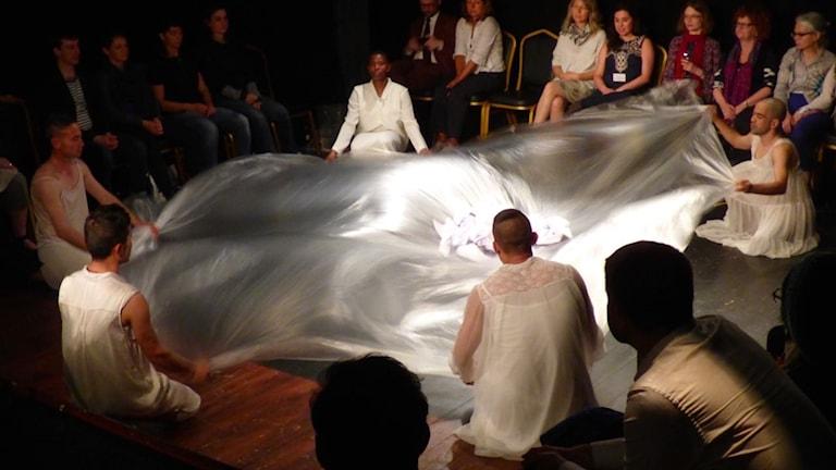 Bild på föreställningen Dreamlands av teatergruppen Malmö Communityteater som startats av Teater InterAkt