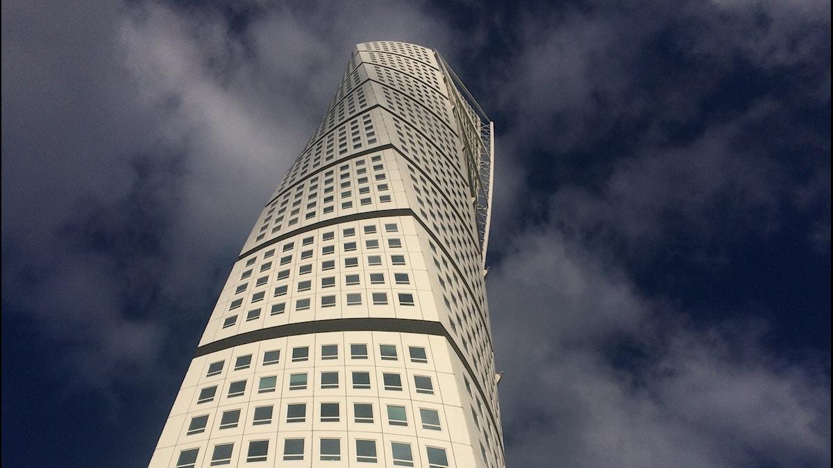 Stjärnarkitekten Santiago Calatravas Turning torso vrider sig mot himlen.