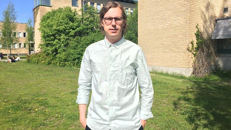 Doktorand och lärare Pär Isling Poromaa står framför Umeå Universitet.