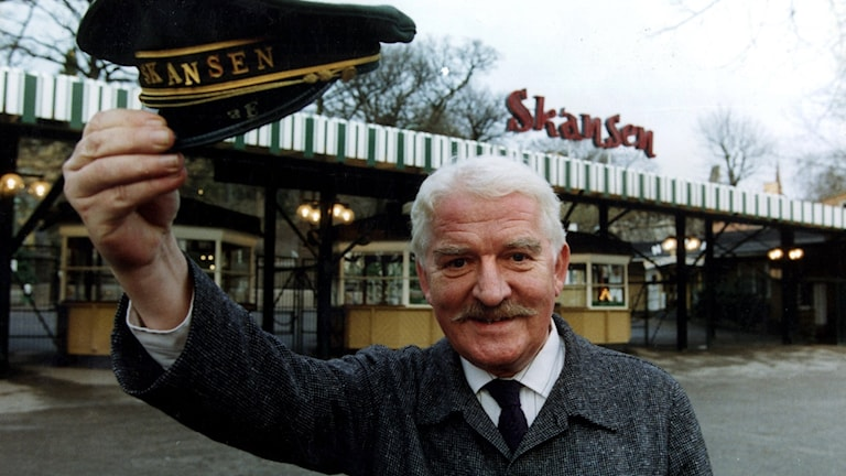 Hasse Alfredson outside Stockholm's Skansen outdoor museum and zoo in 1992.