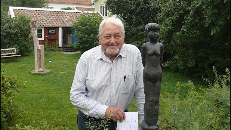 Arthur Hultling framför några av skulpturerna på Öja.(Foto: Karsten Thurfjell)
