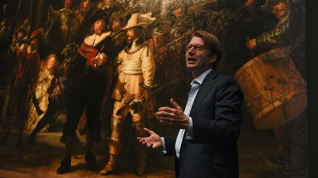 Direktören för Amsterdams Rijksmuseum, Taco Dibbits, framför Nattvakten.