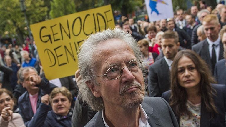 Peter Handke möttes av protester.