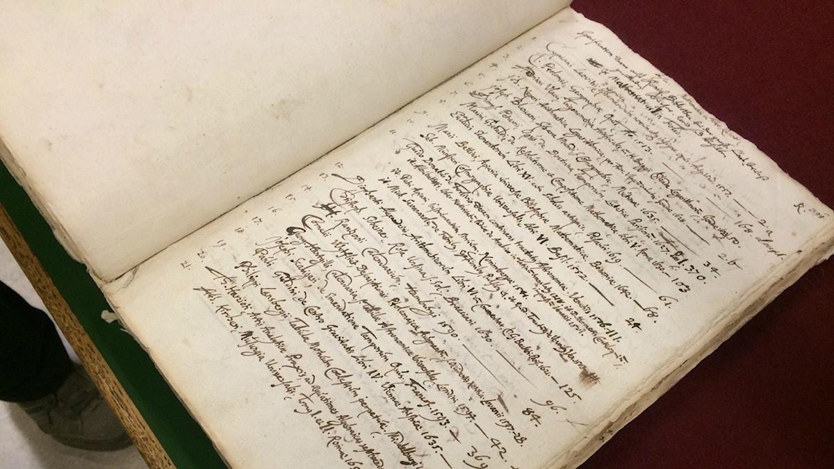 1600-talskatalogen från biblioteket på Slottet Tre Kronor är en av nycklarna i sökandet.