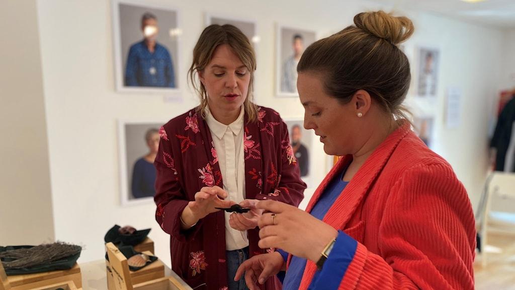 Charlotta Eidenskog och Terese William visar upp handgjorda smycken från Smyckoteket.