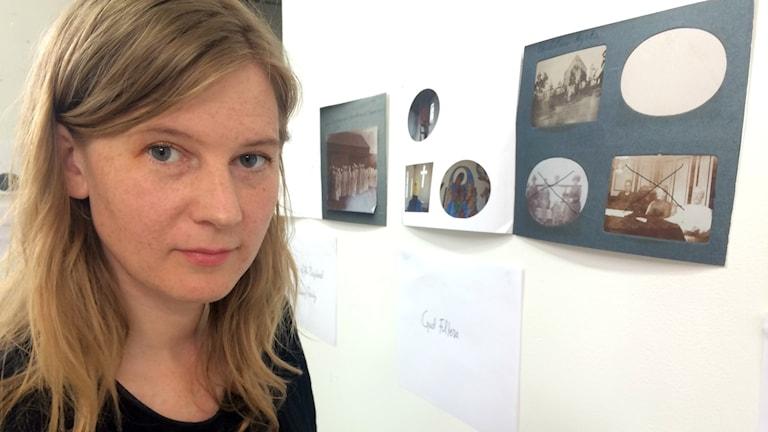 Fotografen Helga Härenstam framför en av förstoringarna i ateljén. Foto: Mina Benaissa
