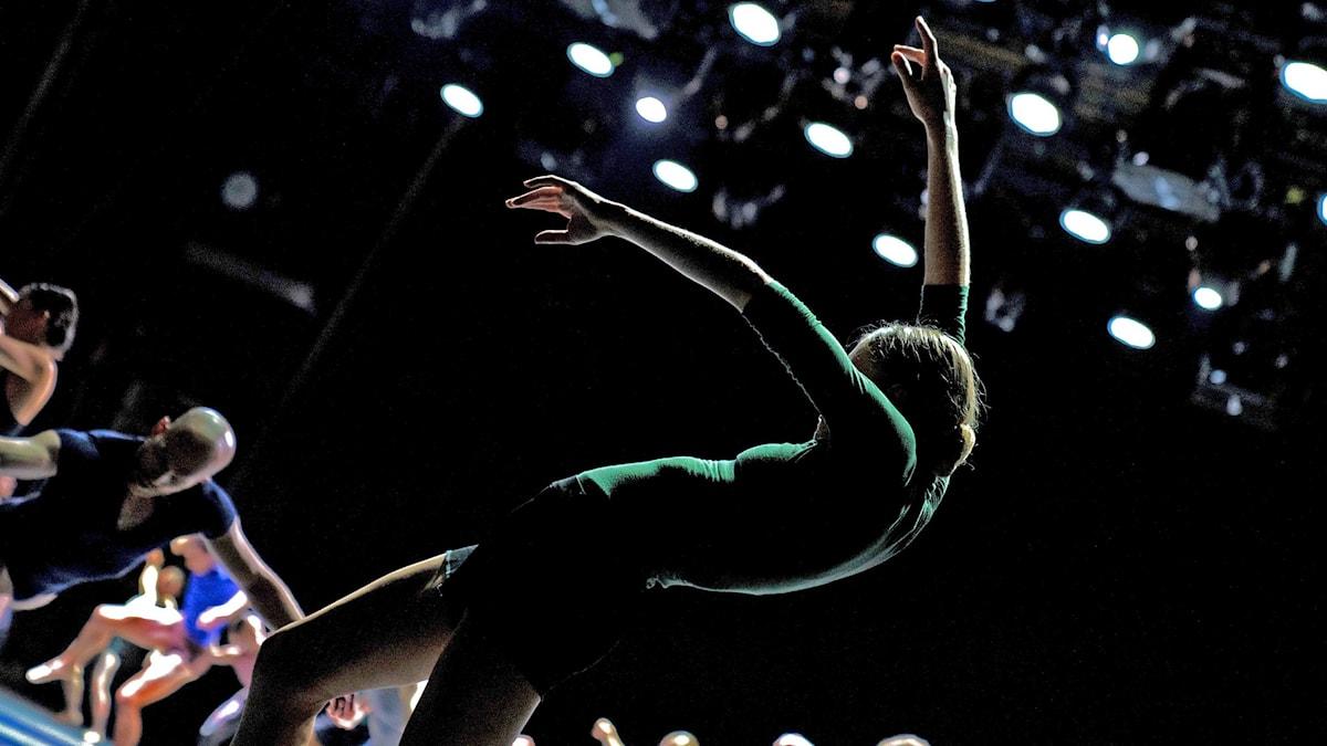 Daria Ivanova samt dansare ur Kungliga Baletten i Alexander Ekmans Shift