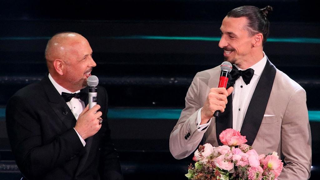 Bolognas tränare Sinisa Mihajlovic och Zlatan Ibrahimovic uppträder under San Remo-festivalen i Italien.