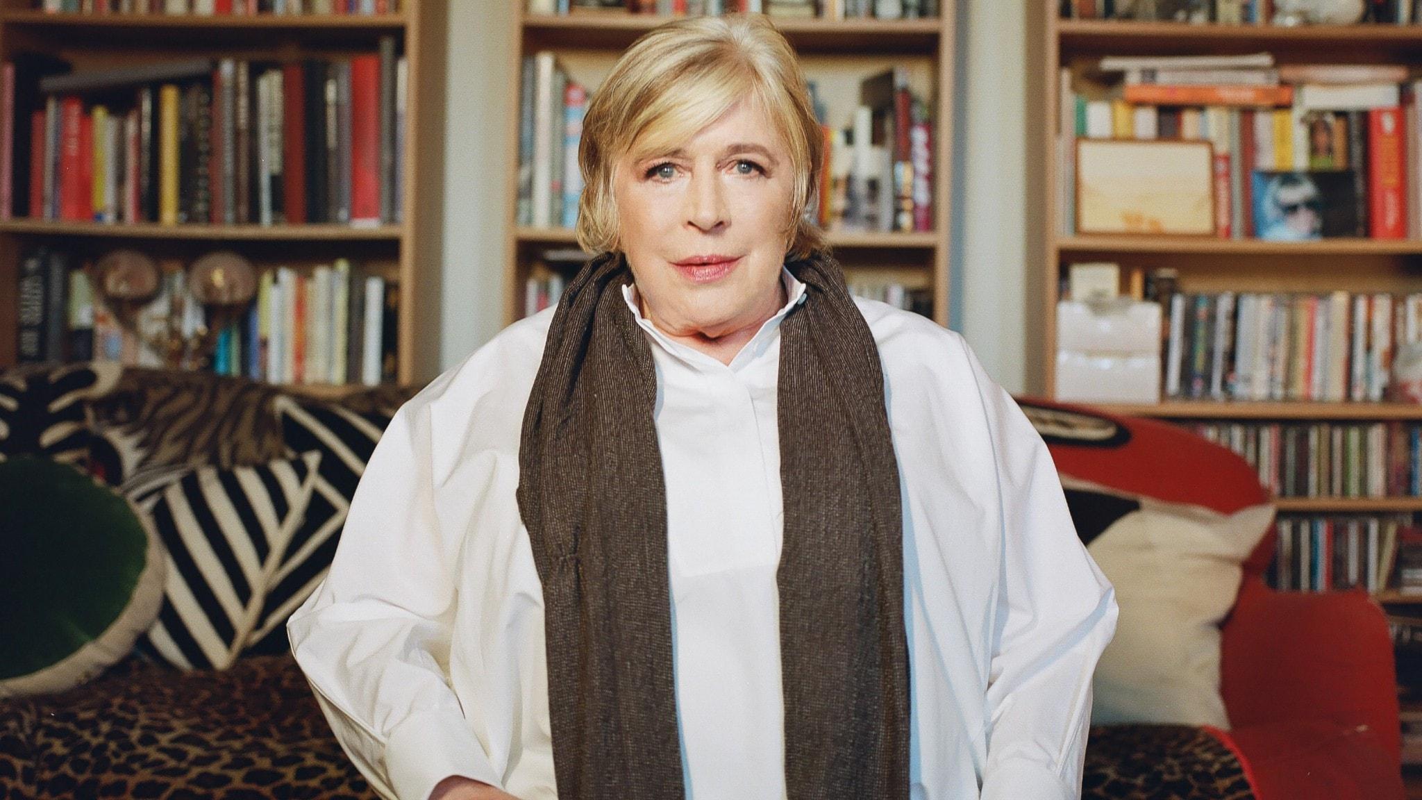 Marianne Faithfull tittar rakt in i kameran. Hon sitter i vad som skulle kunna vara hennes bibliotek.