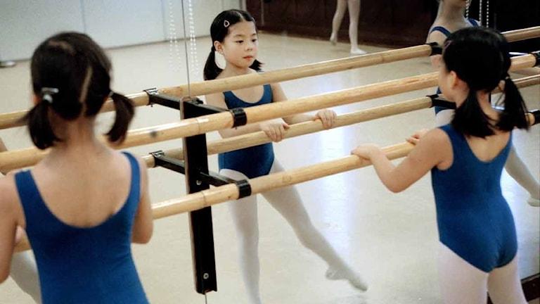 Forskaren ser skillnader i hur tjejer och killar dansar.