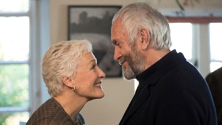 "Glenn Close och Jonathan Pryce i ""The Wife""."