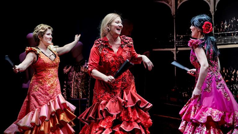 Premiär för ny färgstark Carmen signerad Johanna Garpe på Kungliga Operan. På bilden; Marianne Odencrants, Miriam Treichl, Johanna Rudström.