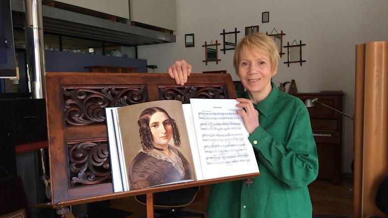 Sheila Hayman vid Fanny Mendelssohns notställ som gått i arv.