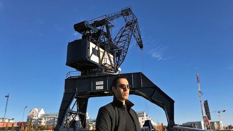 Vishal Kumar Dar framför sin älskade hamnkran, Luleå.