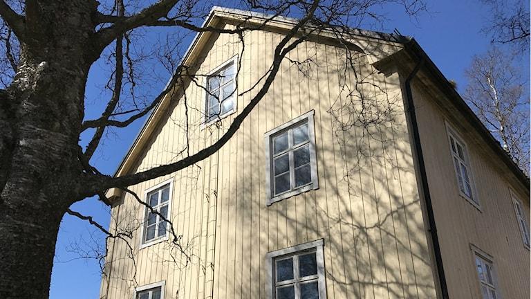 Den gula trävillan på Skolgatan 120 byggdes på 1920-talet.
