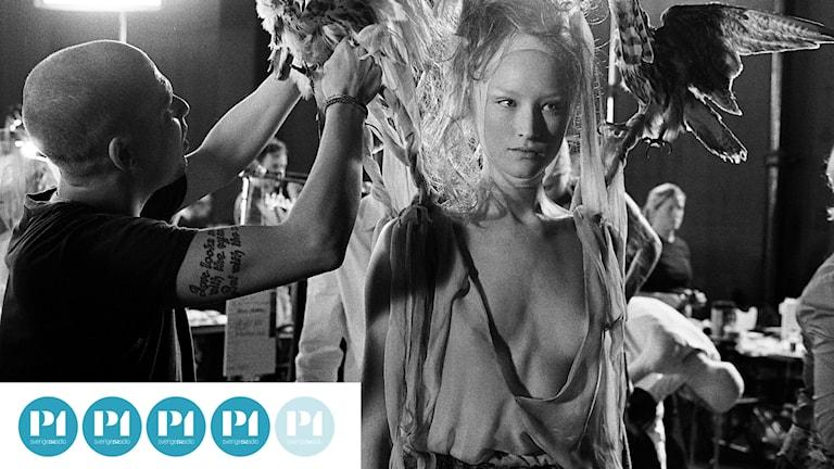En scen ur filmen McQueen, om modeskaparen Alexander McQueen.