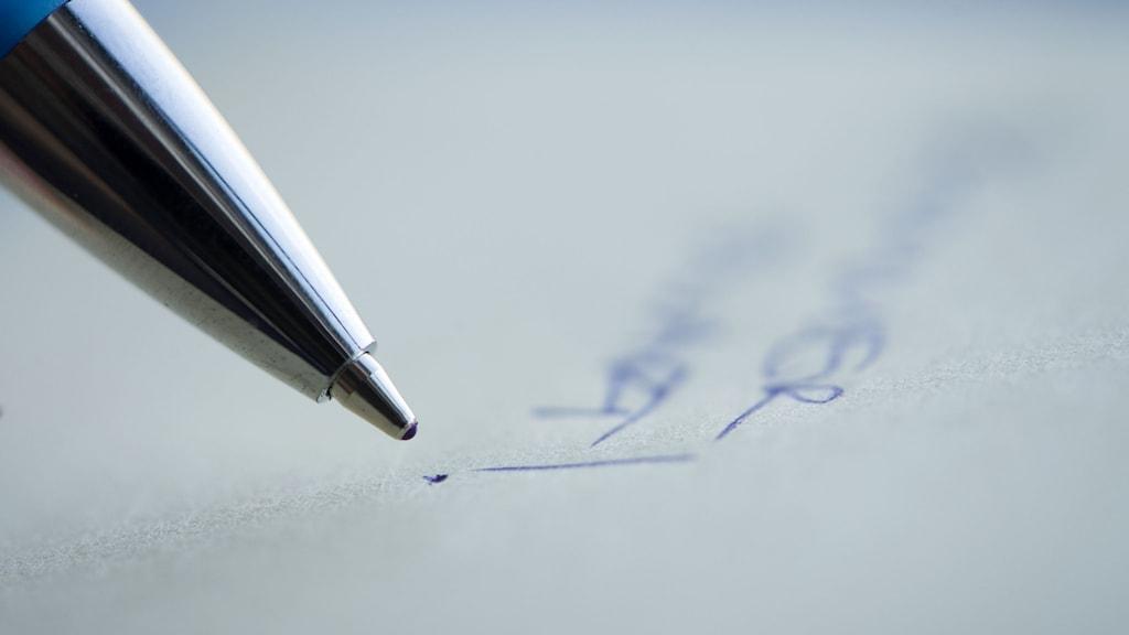 En penna på ett papper.