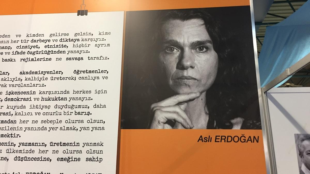 Aktion för fängslade författaren Asli Erdogan på bokmässan i Istanbul Foto: Fredrik Wadström