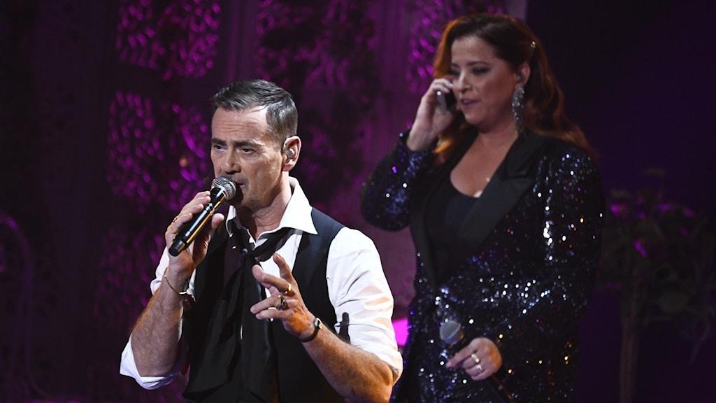 Programledarna i mellanakten Shirley Clamp och Christer Björkman under Melodifestivalens deltävling Andra Chansen.