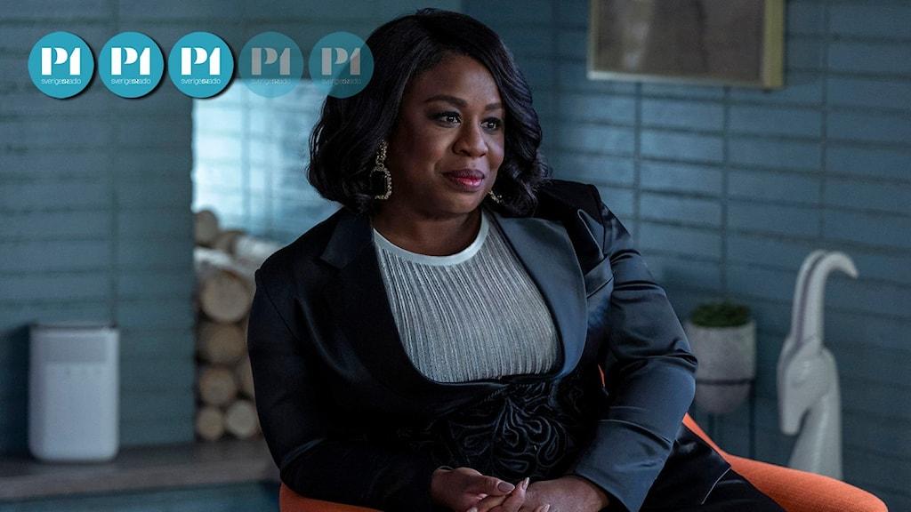 """Skådespelaren Uzo Aduba spelar terapeuten Brooke Taylor i serien """"In treatment"""". Hon sitter lutad mot ett armstöd i en orange fåtölj, klädd i blå kavaj."""