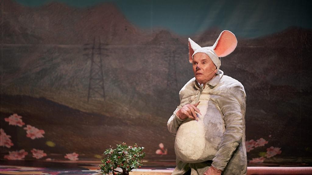 Johan Ulveson i Scalarevyn av Henrik Dorsin på Scalateatern i Stockholm. Är utklädd till mus.