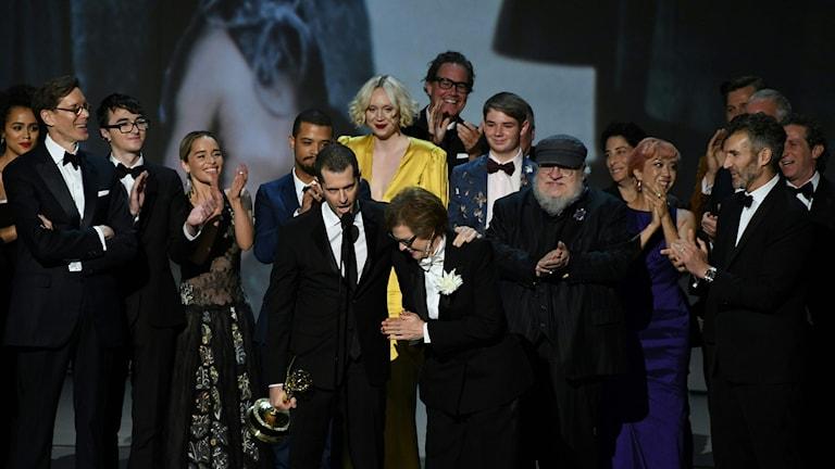 Gänget bakom Game of Thrones tar emot Emmyn för bästa dramaserie.