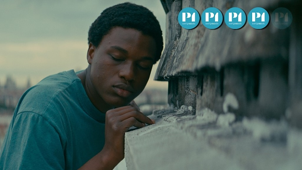 """En ung man blundar och lutar sig mot en sprucken stenfasad i filmen """"Gagarine""""."""