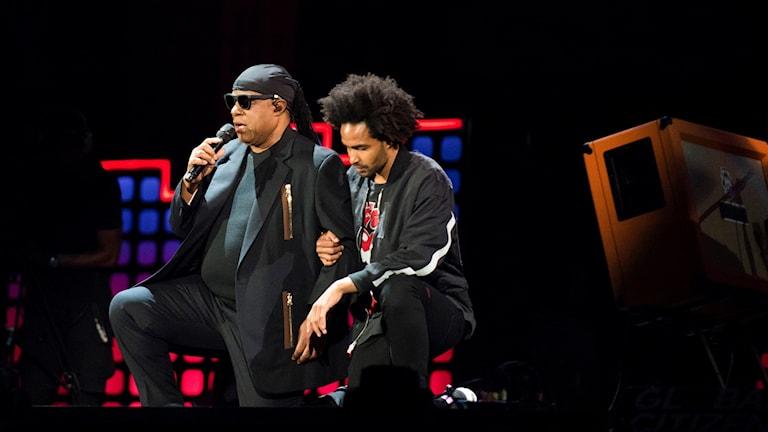 Stevie Wonder fick hjälp av sin son Kwame Morris att gå ner på knä.