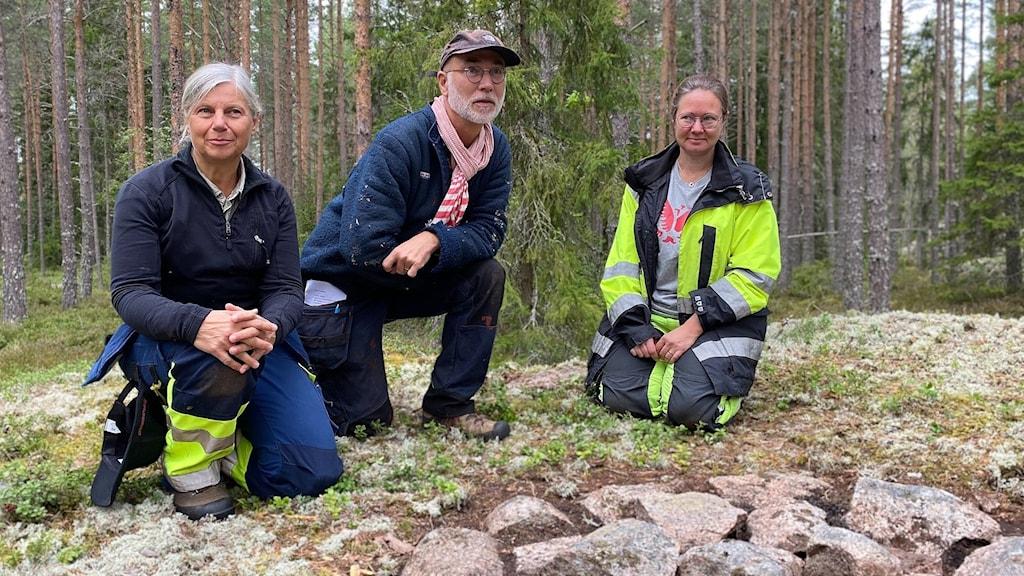 Arkeologerna Torun Zachrisson, Jonas Monié Nordin och Linda Qviström, undersöker den sydligaste kända samiska boplatsen vid Lapphällarna, Östervåla.